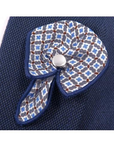 Biała wpinka do butonierki z niebiesko-szarym wzorem W36