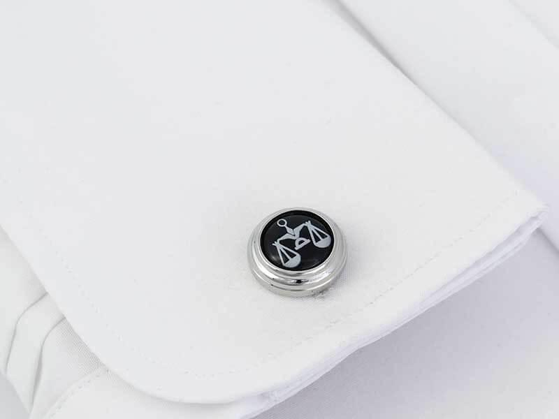 Czarne okrągłe spinki do mankietów - wagi prawnicze A229