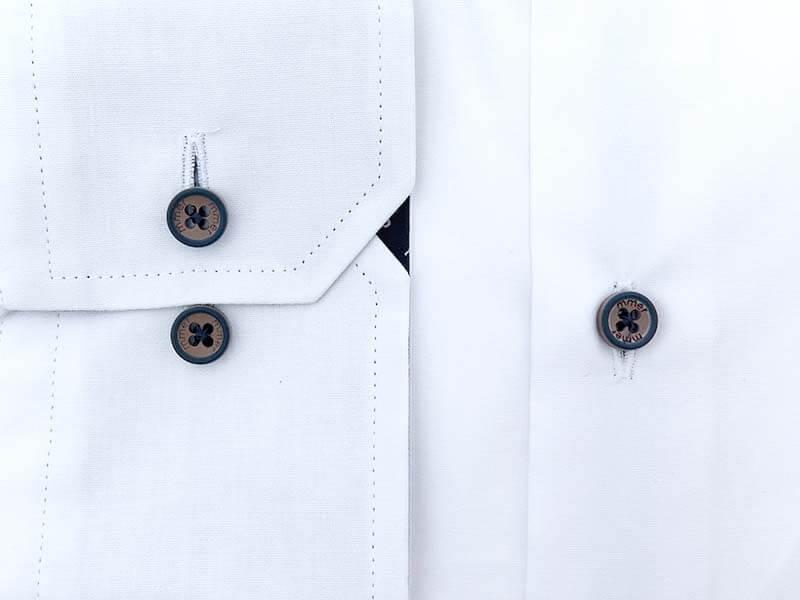 Biała koszula z kieszonką i brązowymi guzikami 538