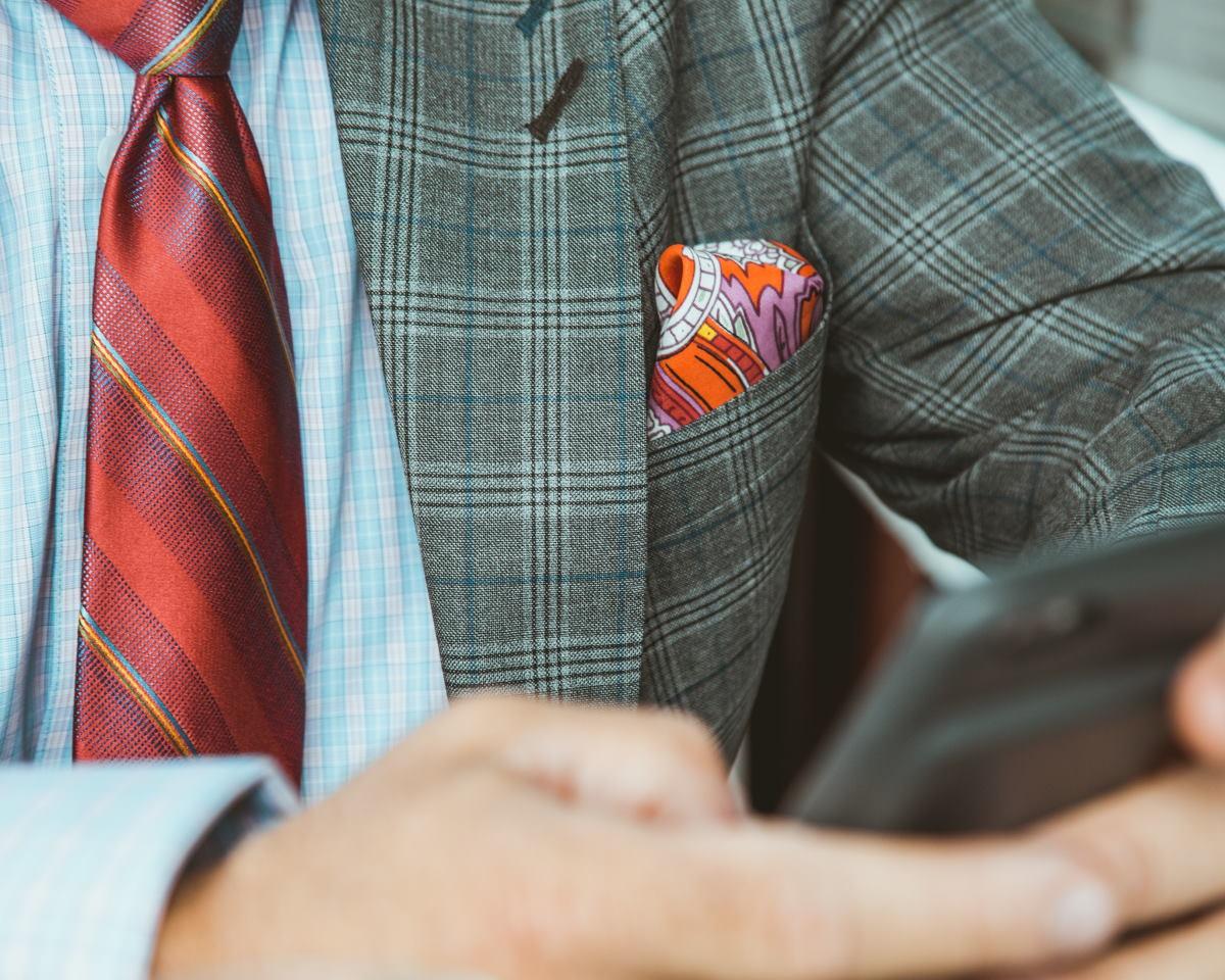 Koszula w kratę i krawat w prazki