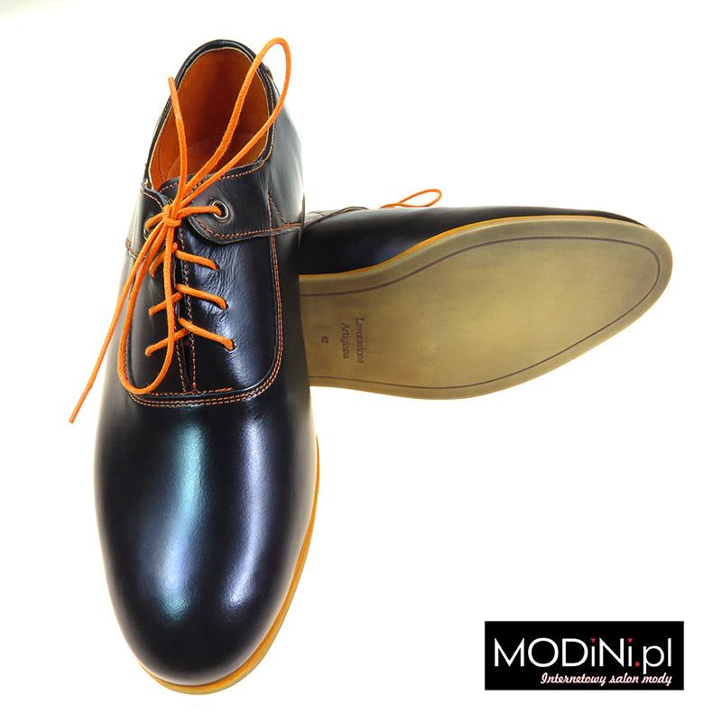 Czarne buty wizytowe z pomarańczowymi obszyciami