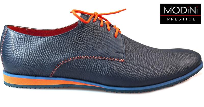 granatowe obuwie z pomarańczowymi kontrastami