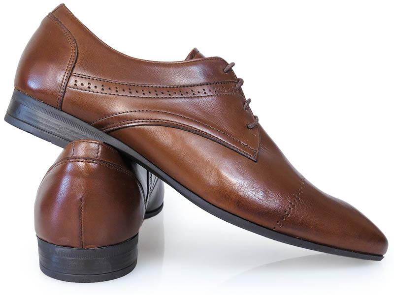 Brązowe obuwie wizytowe ze zdobieniami T122