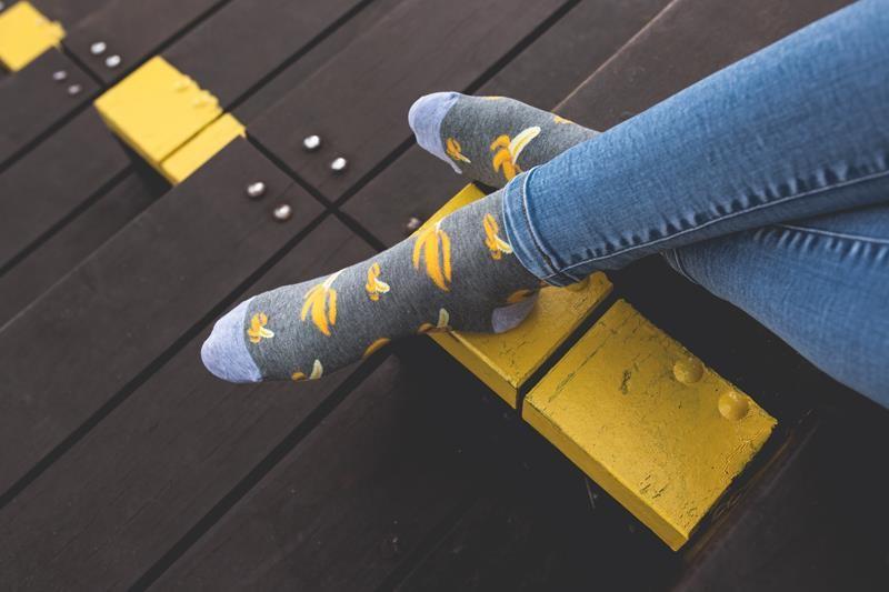 Szare damskie skarpetki w banany SK126