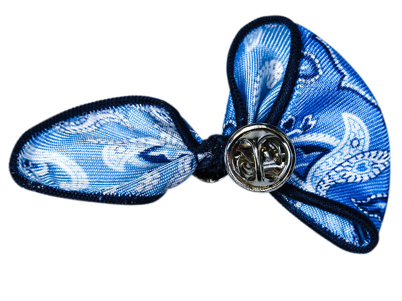 Błękitna wpinka do butonierki w paisley W62