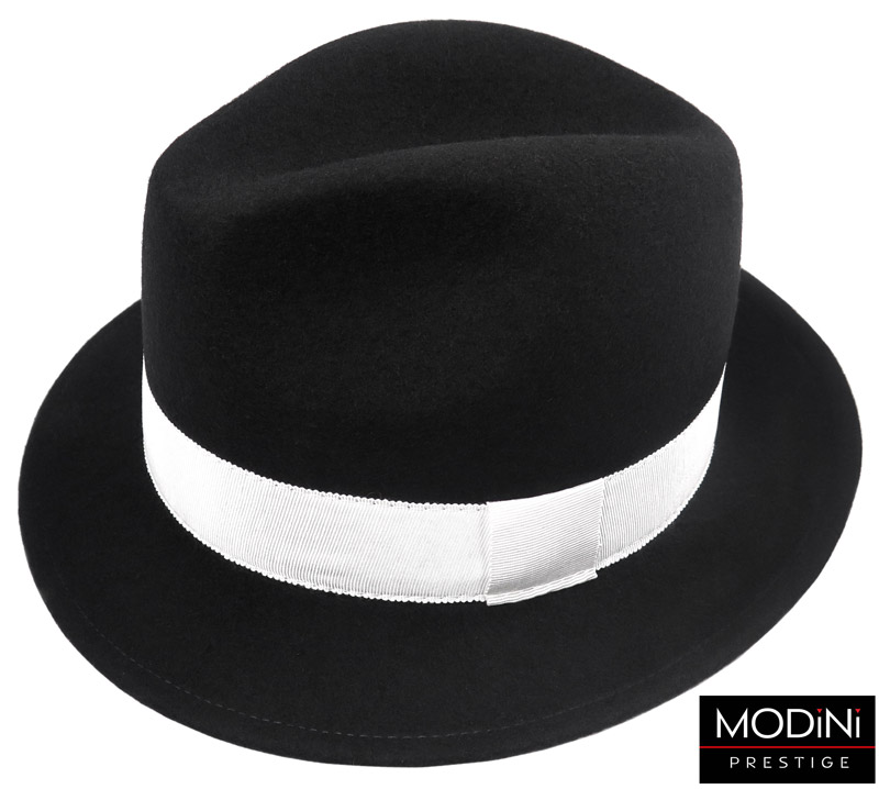 czarny kapelusz z białym paskiem