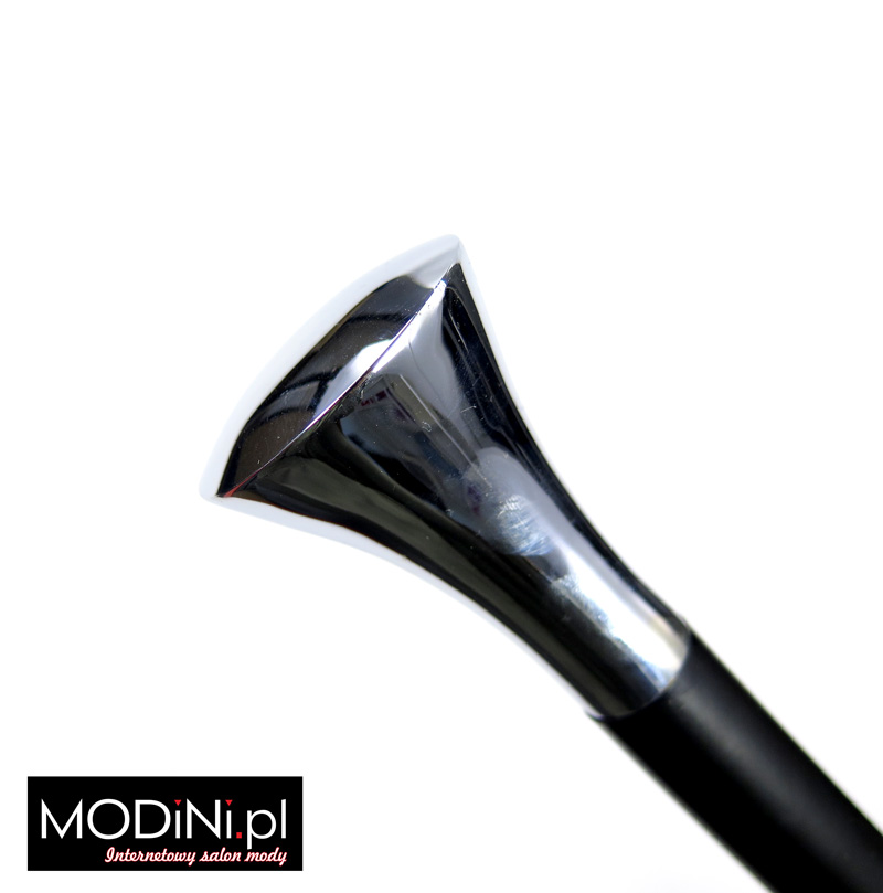 Ozdobna czarna laska z metalowym uchwytem