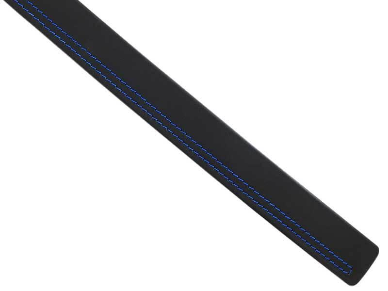 Czarny pasek męski z niebieskim przeszyciem oraz automatyczną czarną klamrą w kratkęKMG46