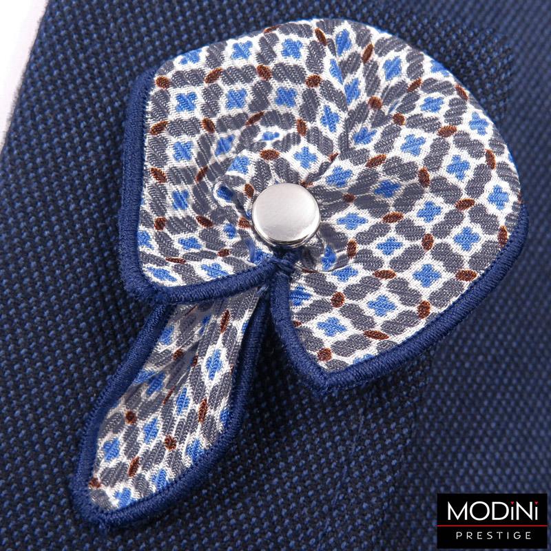 biała wpinka do butonierki z niebiesko-białym wzorem