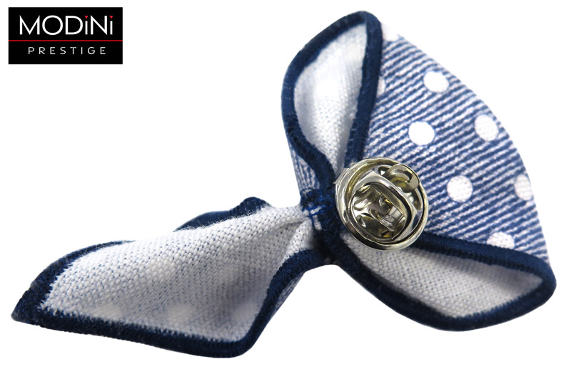 biało-granatowy pin w paski i kropki
