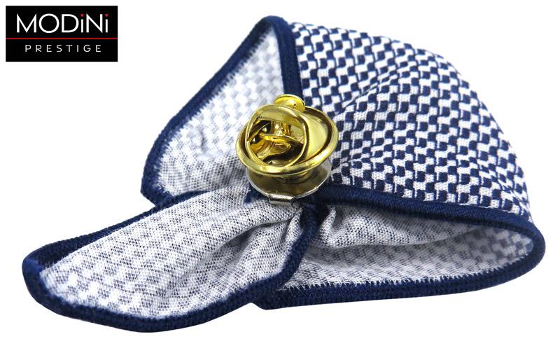 biało-granatowy pin z drobnym wzorem
