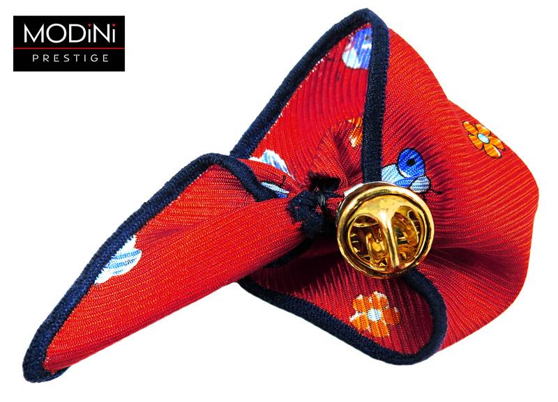 czerwona wpinka do butonierki w niebieskie biedronki i pomarańczowe kwiaty