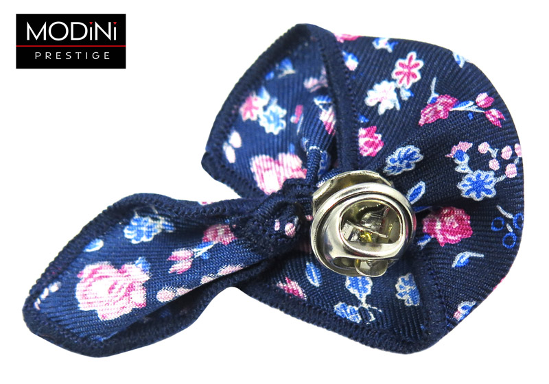 granatowa wpinka do butonierki w różowe i niebieskie kwiaty