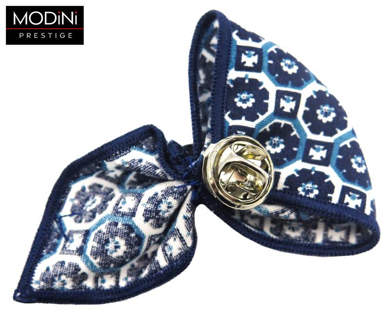 granatowy pin z biało-niebieskim kwiatowym wzorem