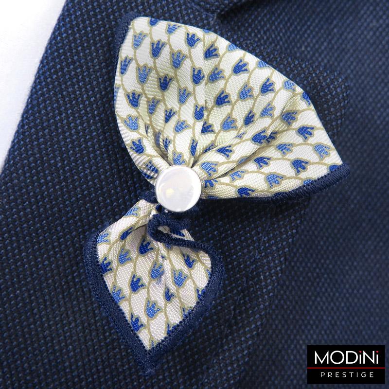 kremowa wpinka do butonierki w niebieskie kwiaty