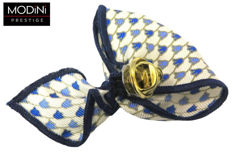 kremowy pin w małe niebieskie kwiatki