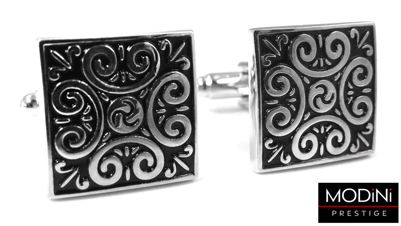 czarne kwadratowe spinki ze srebrnym ornamentem