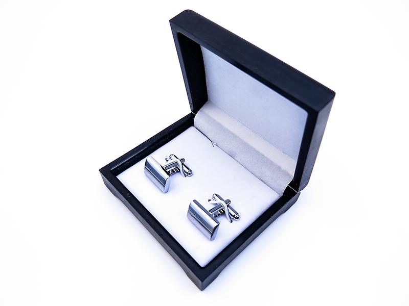 Czarne spinki do mankietów ze srebrnymi paskami