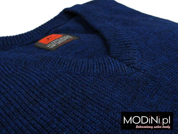 Granatowy sweter w serek